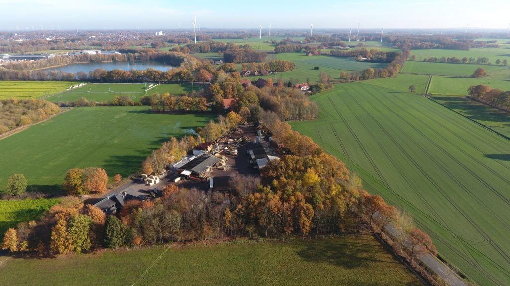 Luftbild einer Sägerei im Herbst