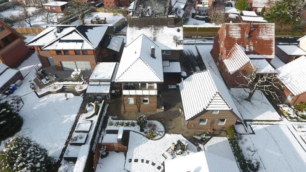 Luftbild Wohnhaus im Winter video ermke