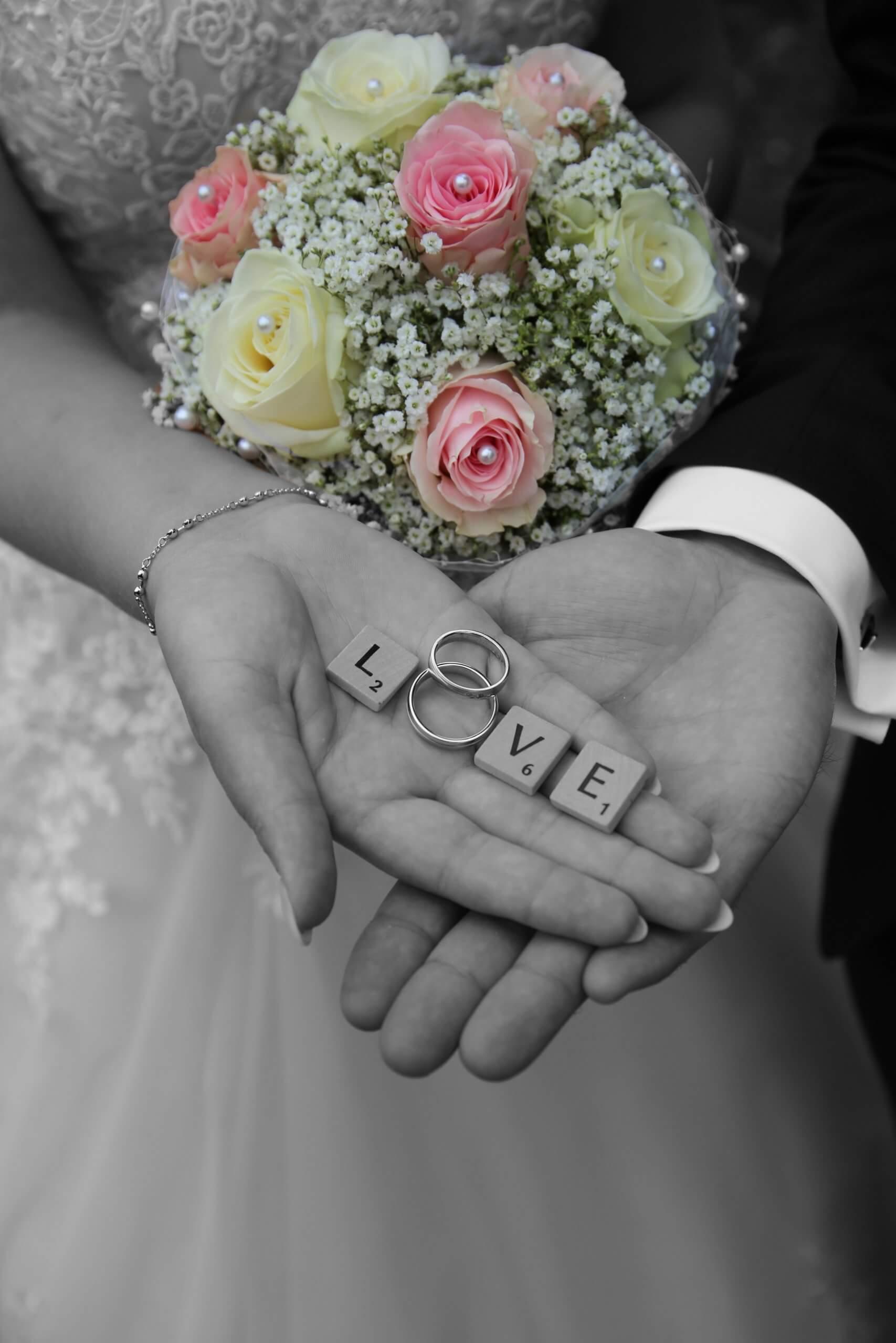 Brautstrauß mit Händen - Fotograf Hochzeit